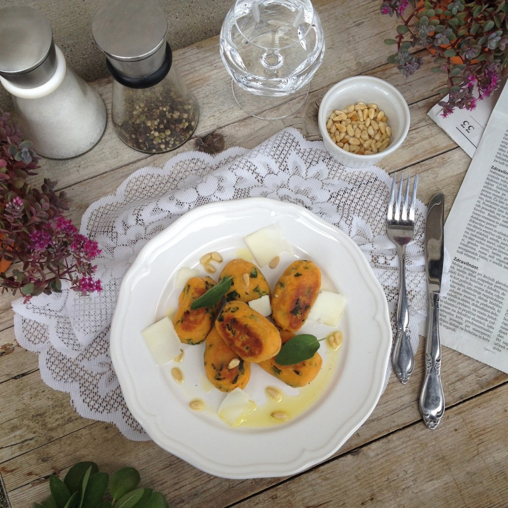 Njoki iz sladkega krompirja z žajblovim oljčnim olje, kozjim sirom in praženimi pinjolami