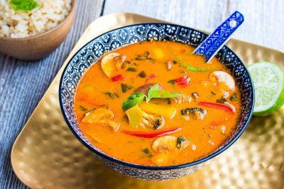 Rdeč tajski curry s kokosom in zelenjavo