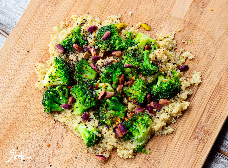 Kvinoja z brokolijem, pistaciijami in črnim sezamom