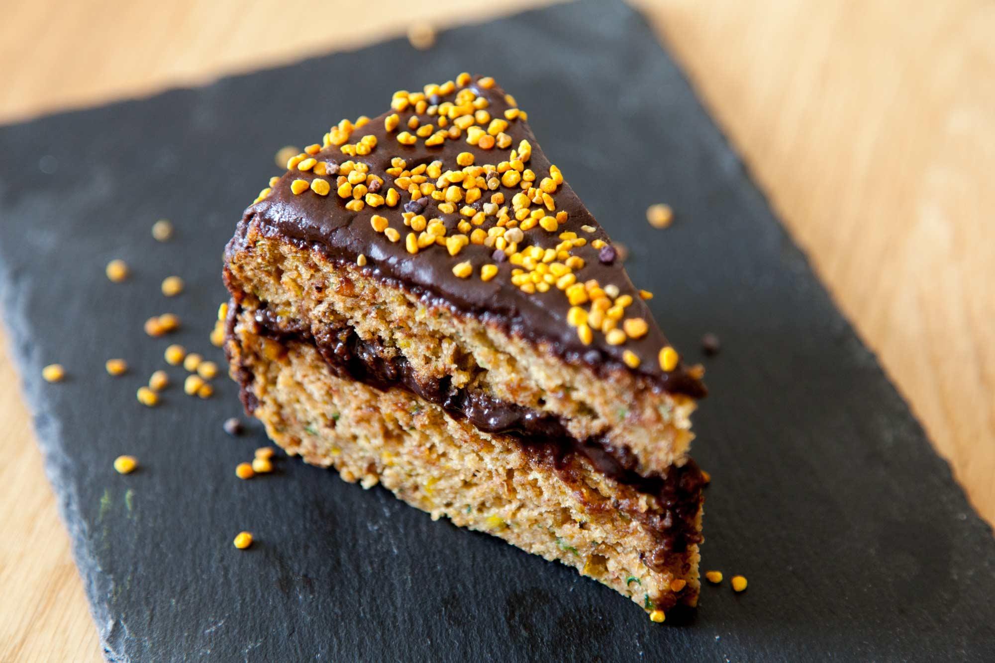 Veganska torta z bučkami, pistacijami in čokolado