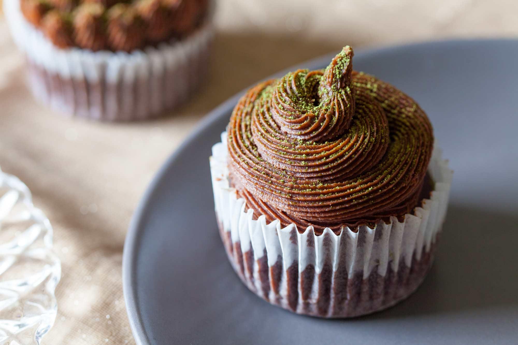 Veganski čokoladni cupcakesi z matcho