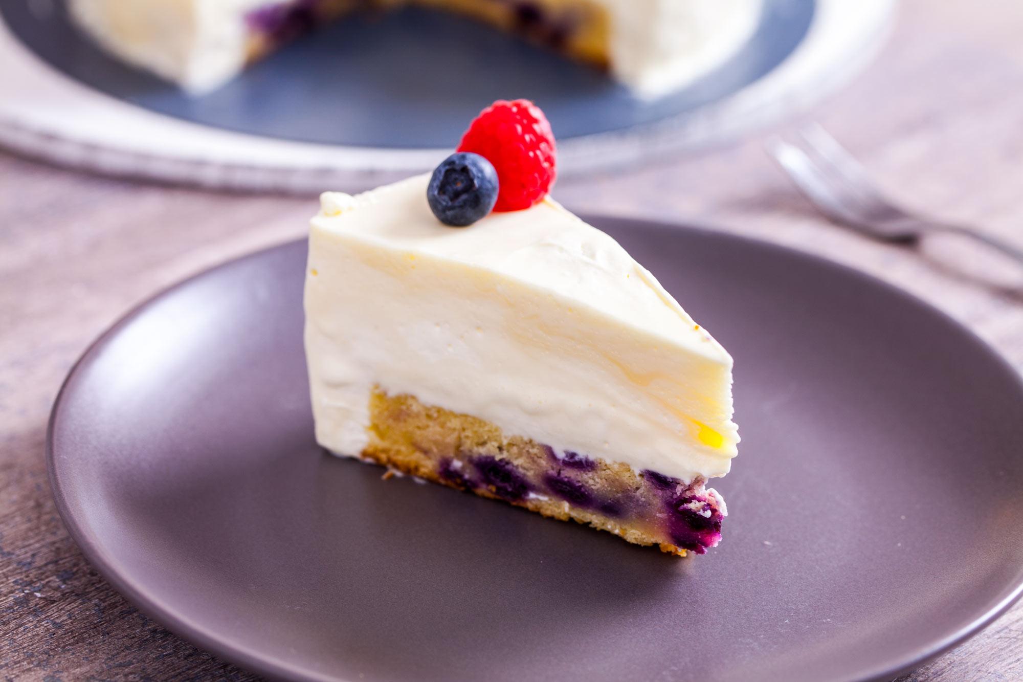 Bela čokoladna torta z borovničevim biskvitom