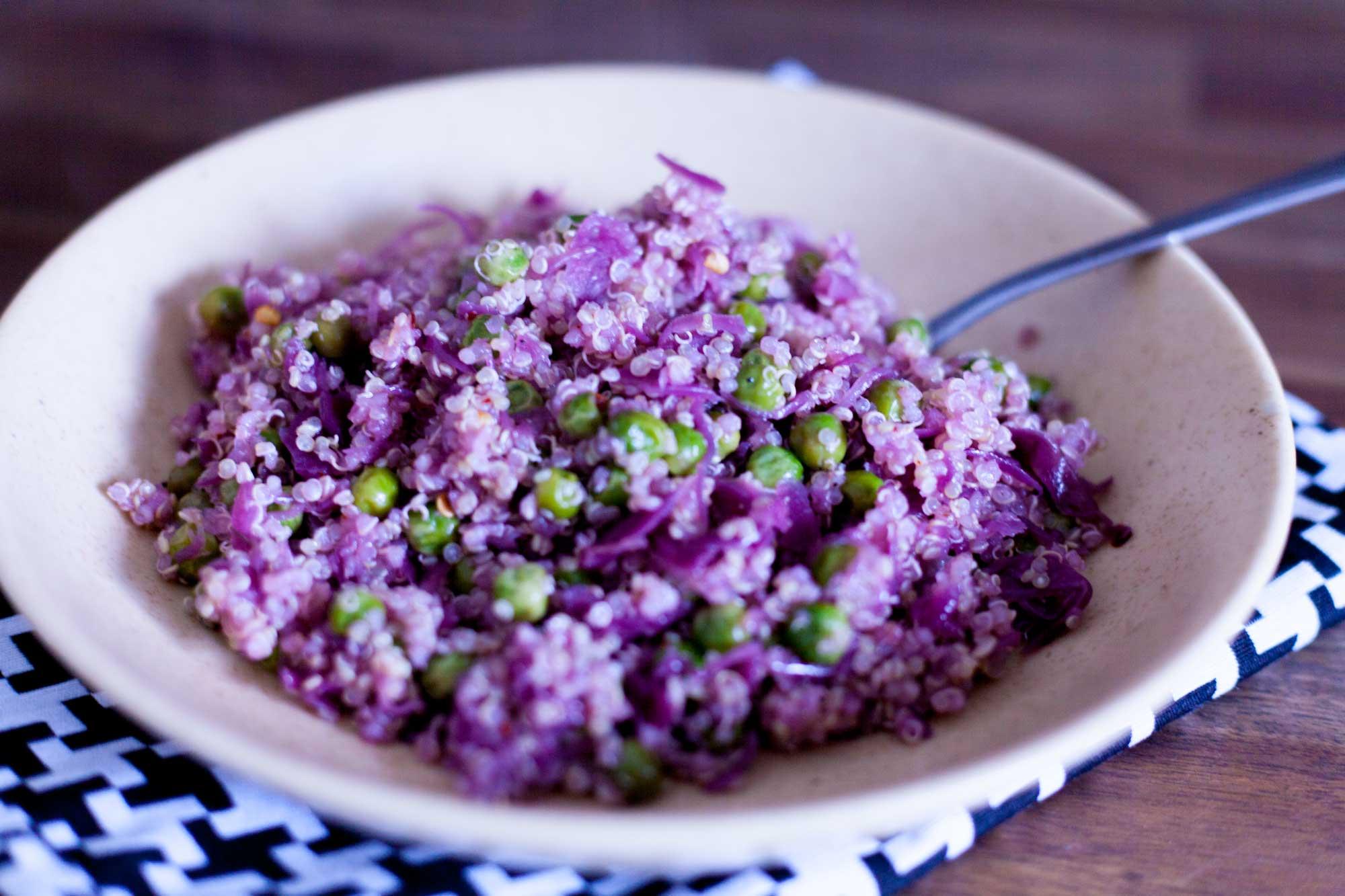 Kvinoja z grahom in rdečim zeljem