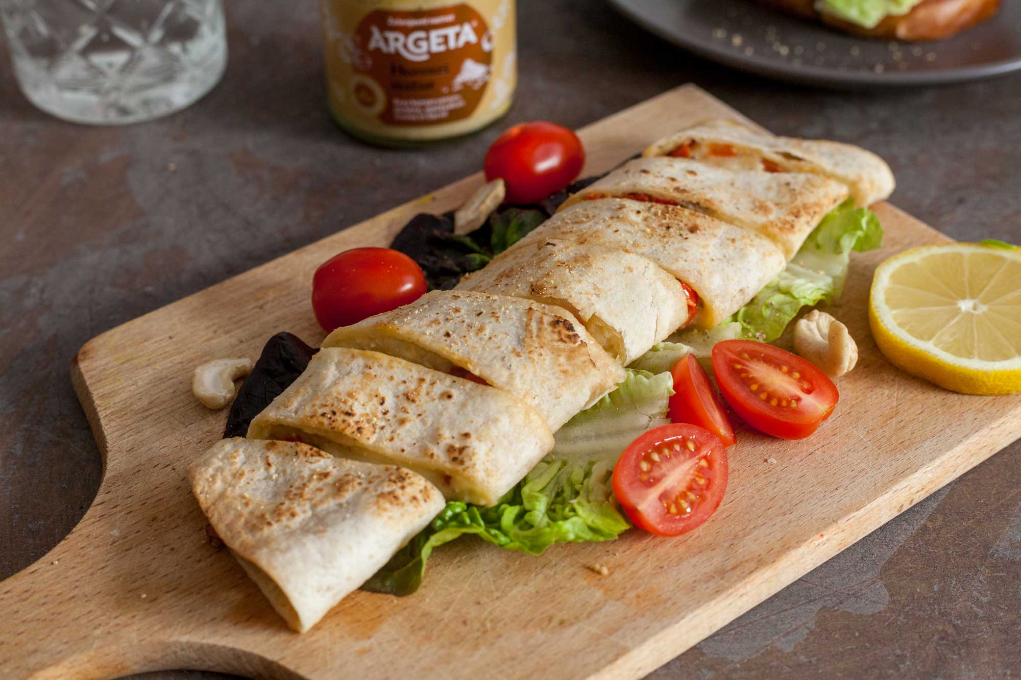 tortilja s humusom in rdečo papriko