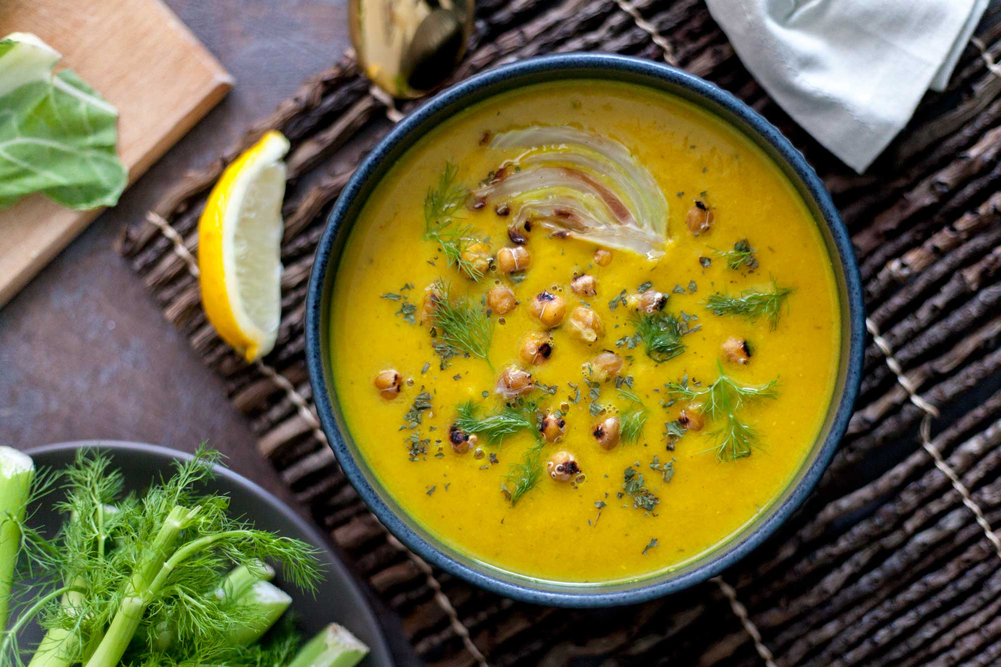 Zlata koromačeva juha s čičeriko in limono