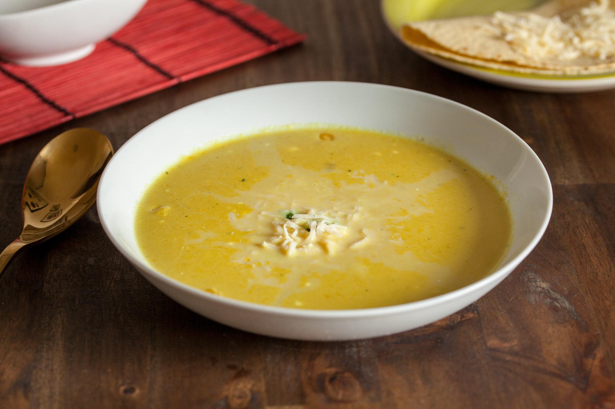 Koruzna juha s curryjem in sirom