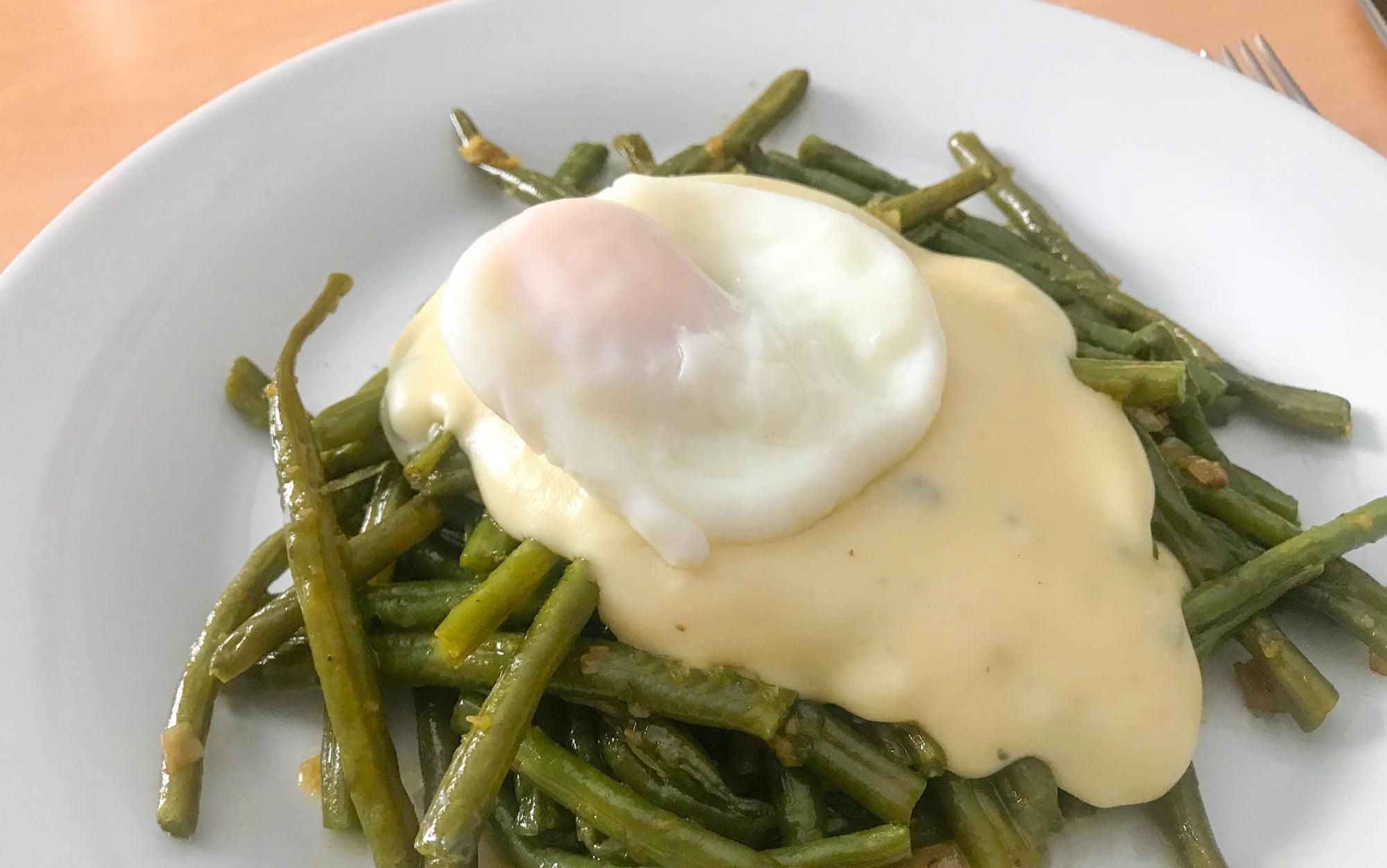 Stročji fižol z zeliščnim maslom, belo omako z gorgonzolo in poširanim jajcem