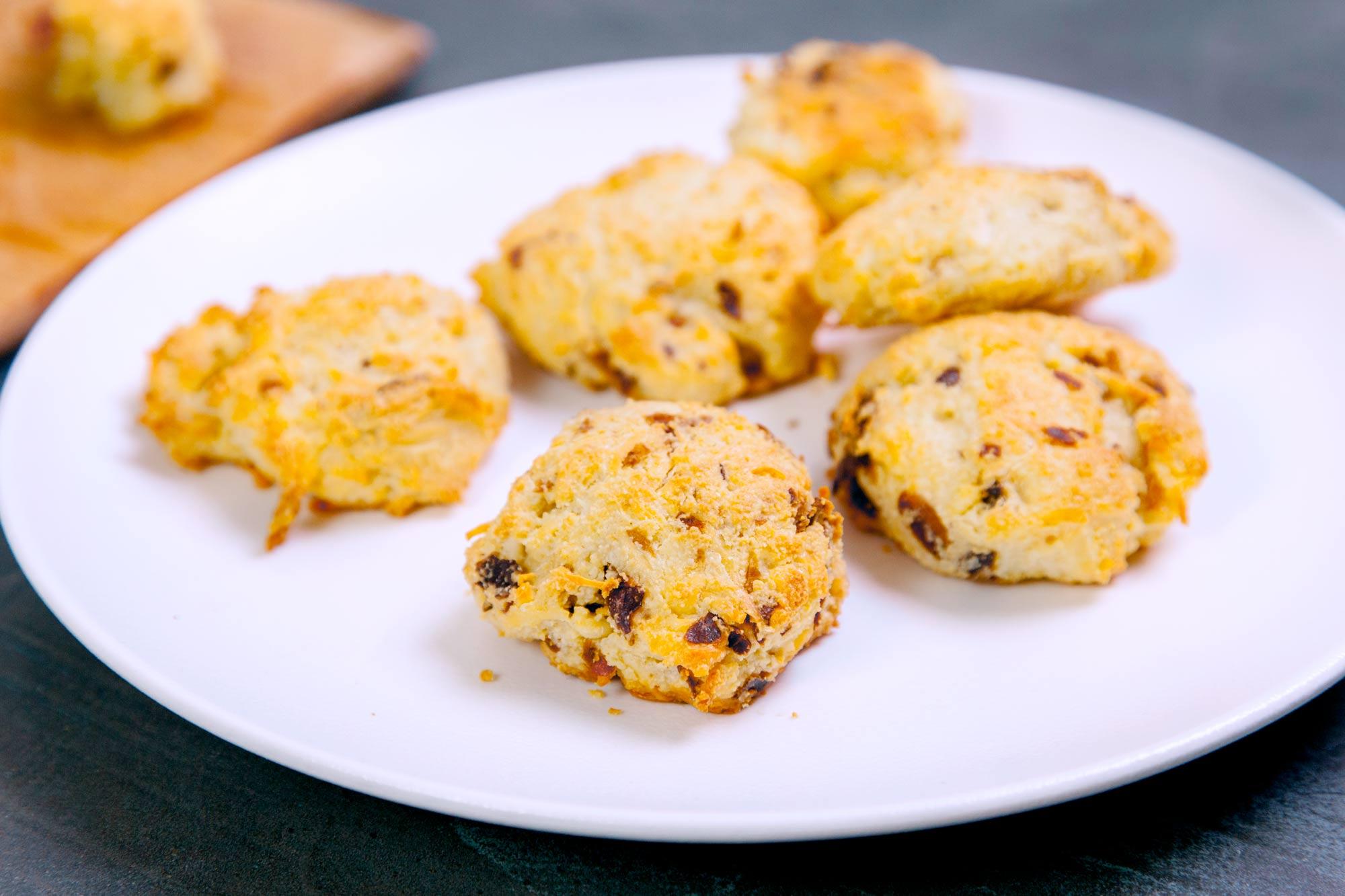 Slani prigrizki z mandlji, sirom in pečeno slanino (LCHF)