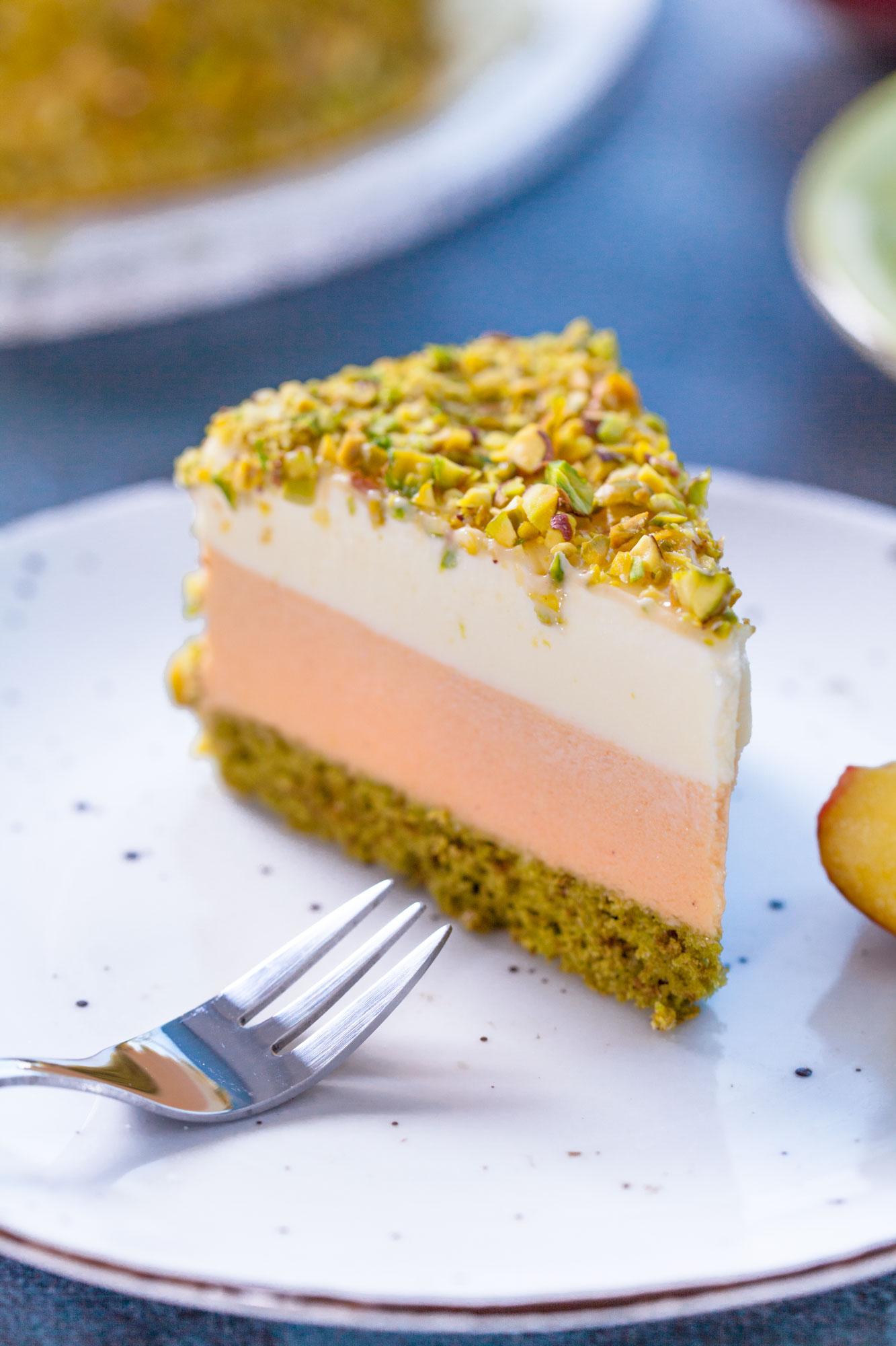 Breskvina mousse torta z belo čokolado in pistacijami