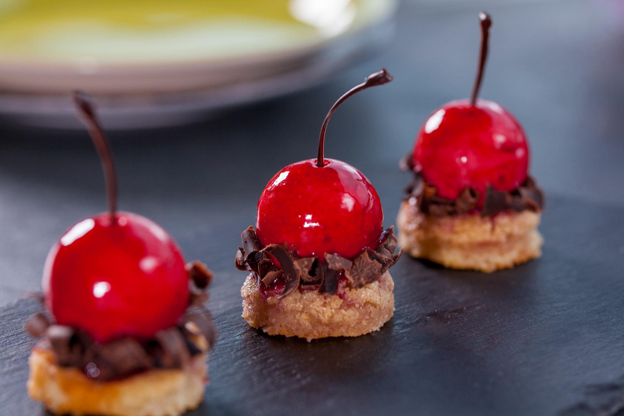 Mini mousse češnje s čokolado in mandljevim biskvitom