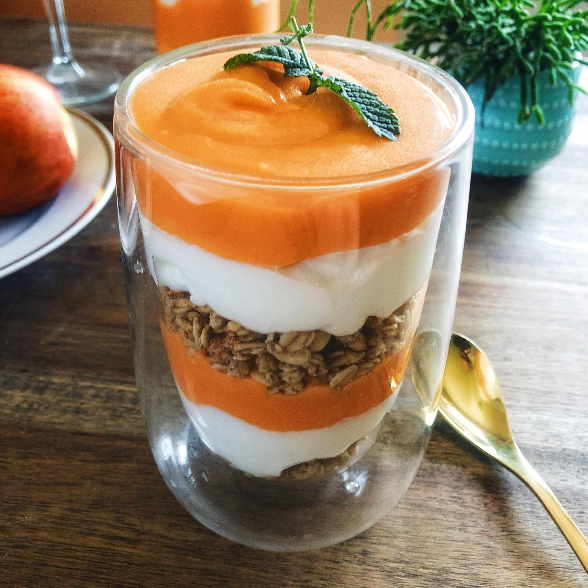 Parfe z nektarinino kremo, grškim jogurtom in granolo