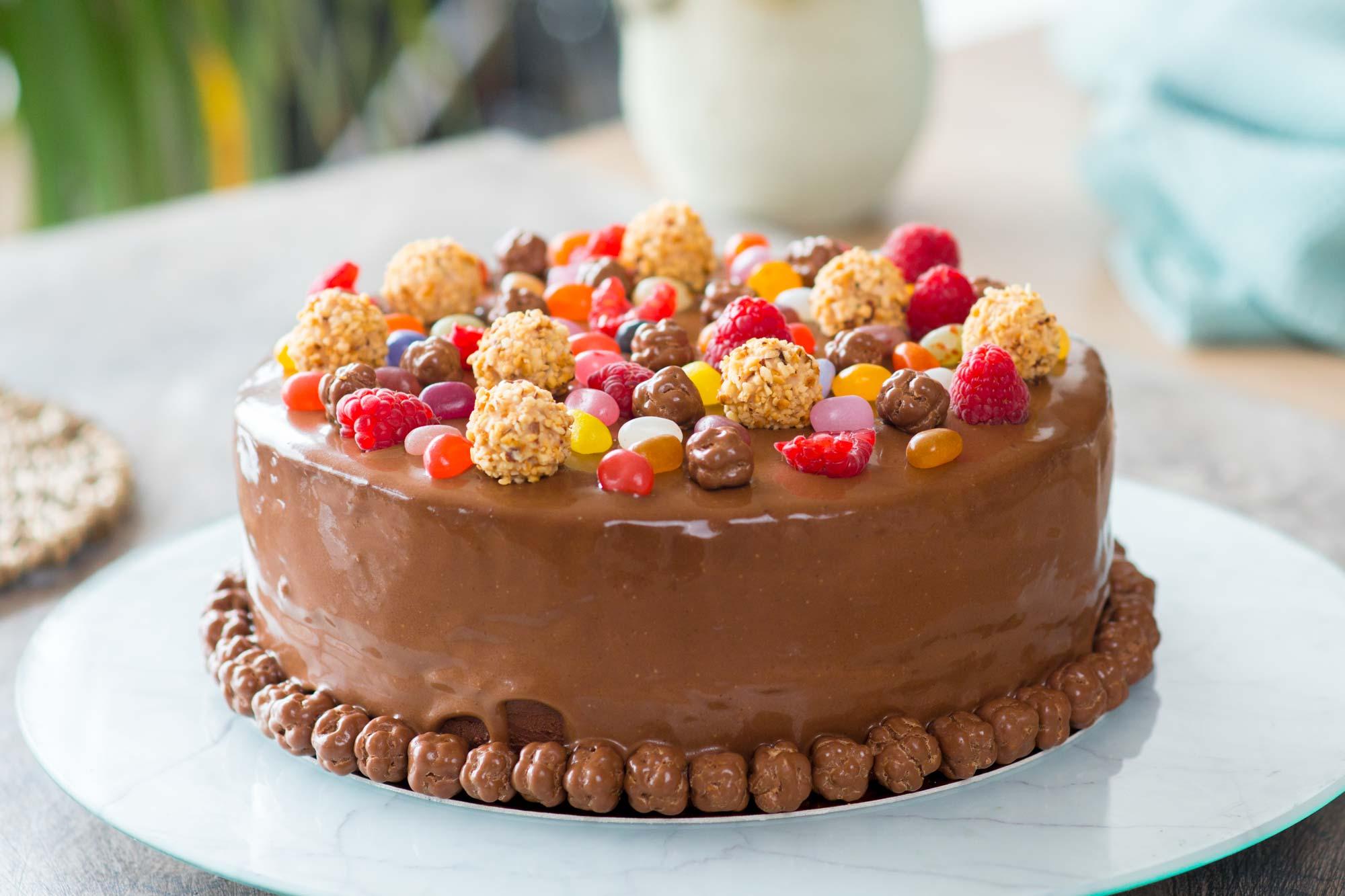 Zelo čokoladna torta z jagodami
