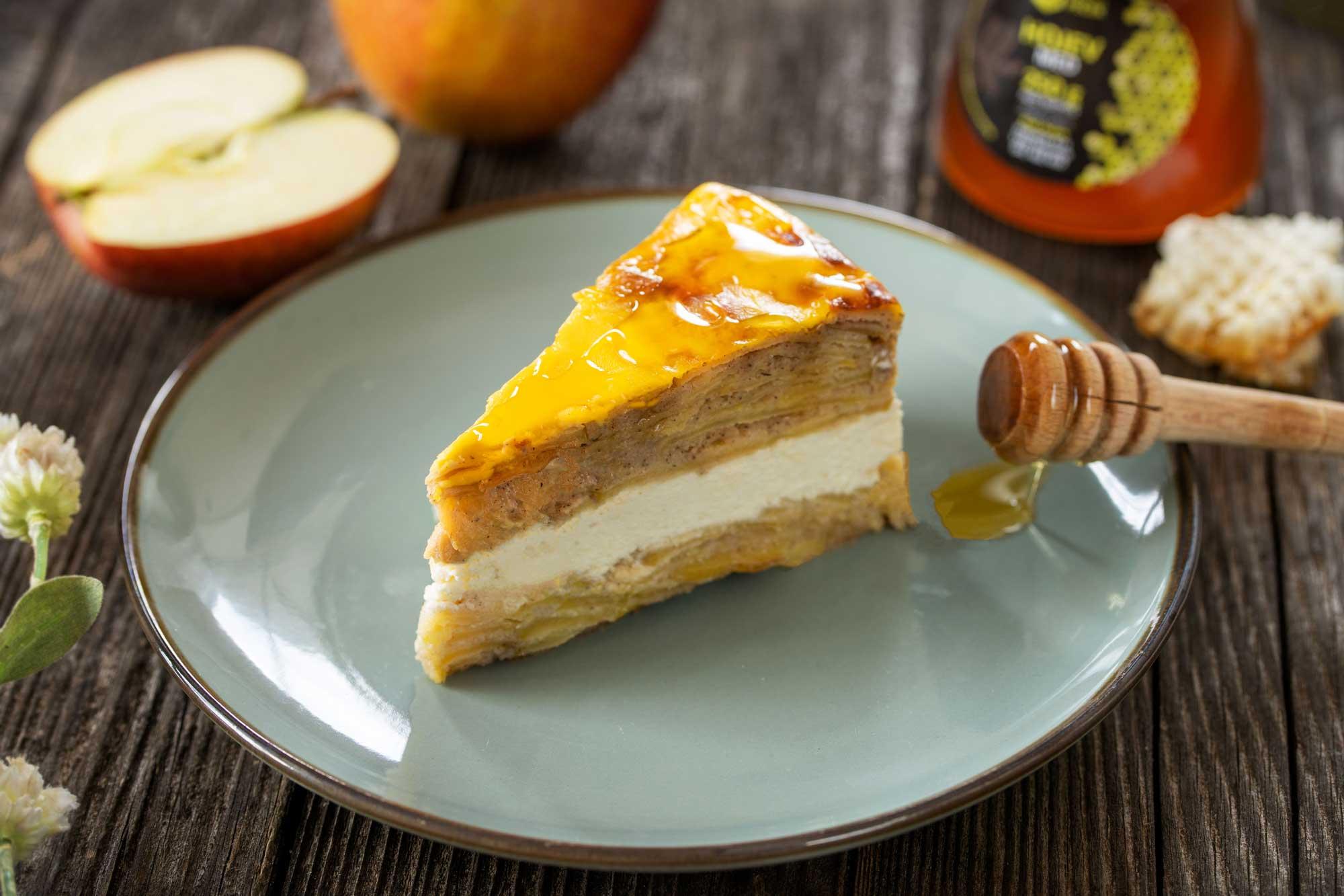 Jabolčna torta z ajdo, skuto in medom