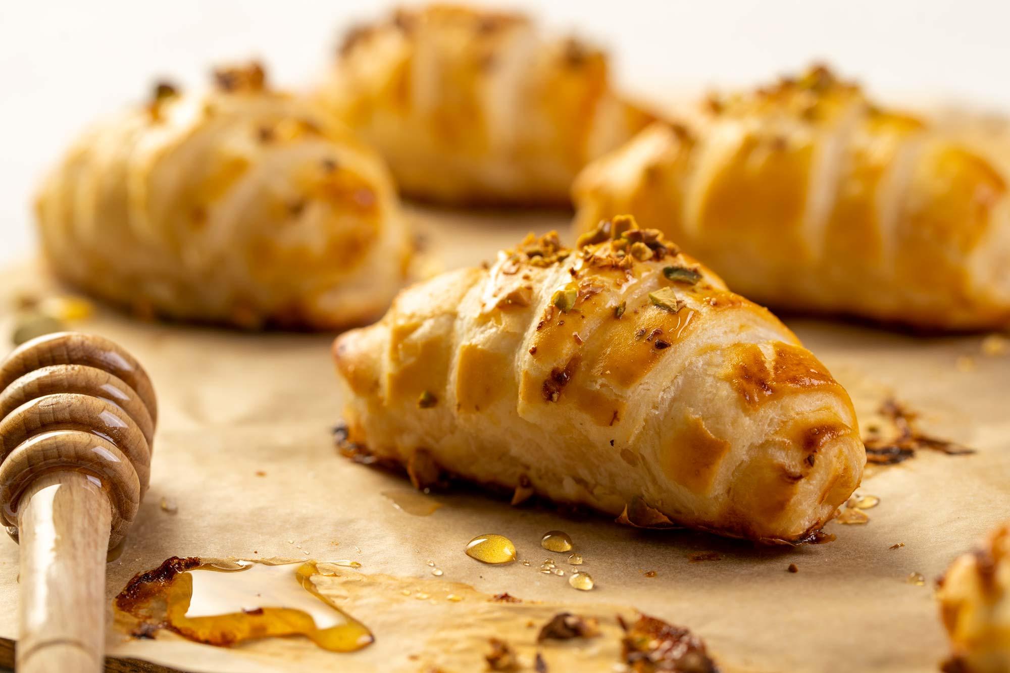 Breskvini rogljički z medom in pistacijami
