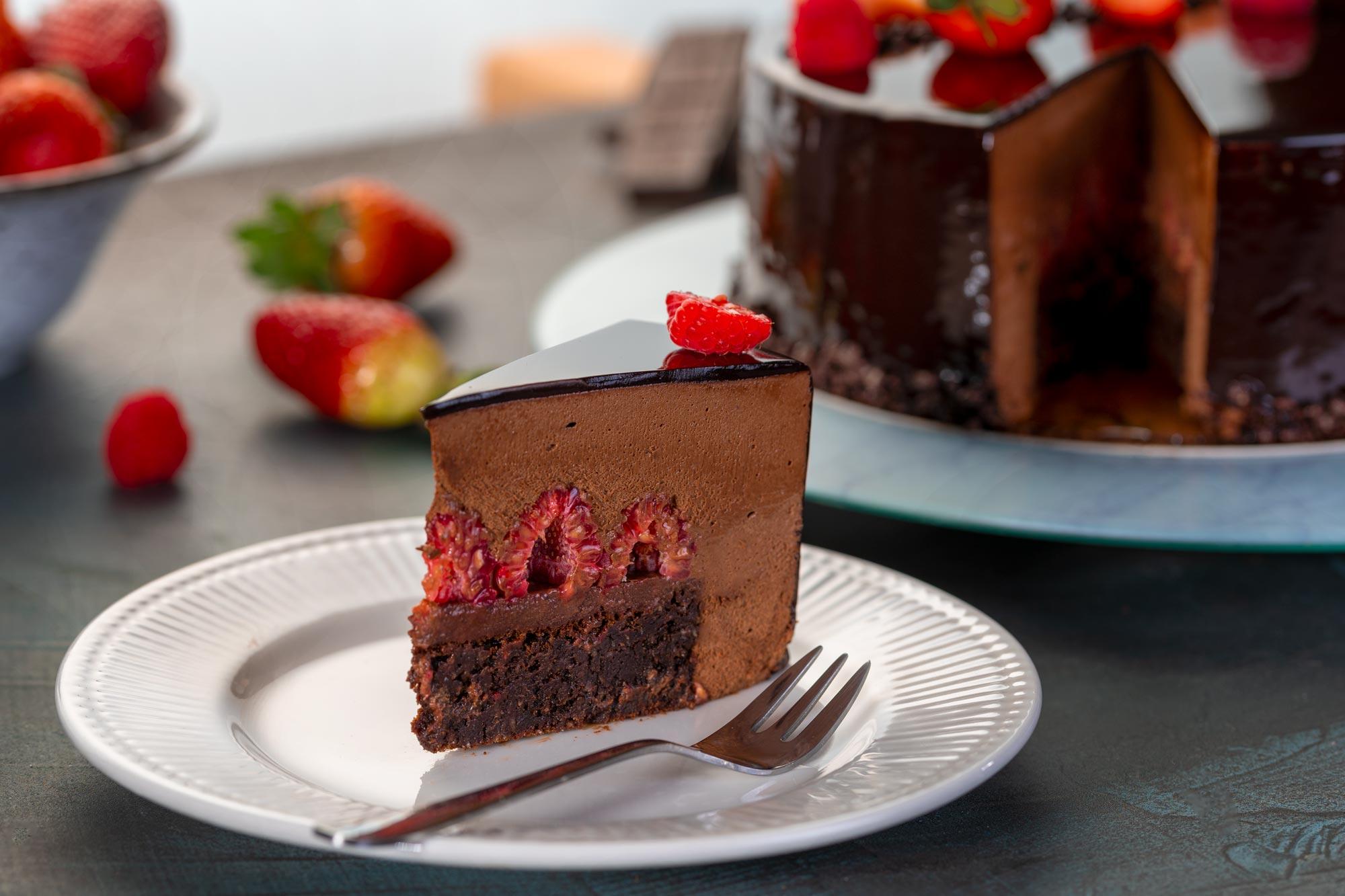 Čokoladna torta z brownijem in malinami