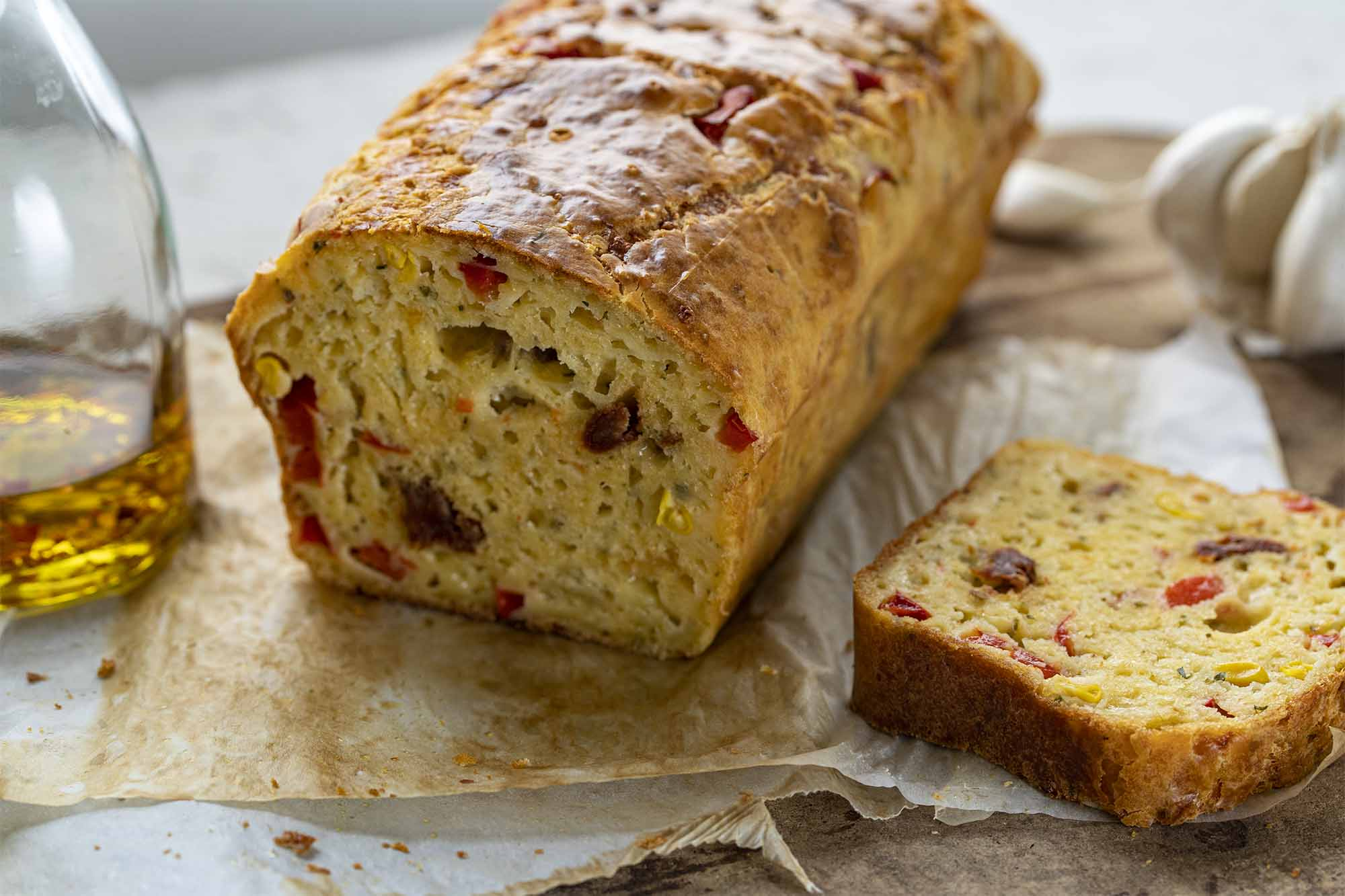 Slani kolač s sirom, papriko in paradižnikom