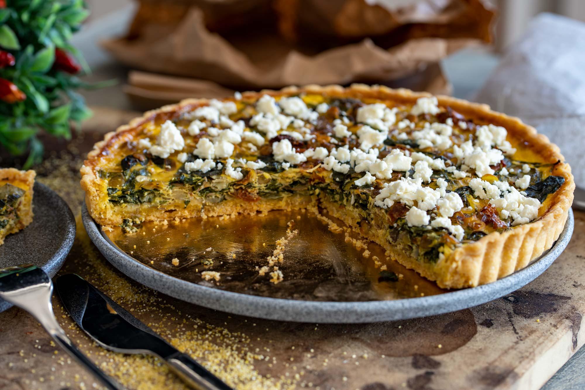 Polentina pita z lečo in paradižnikom (quiche)