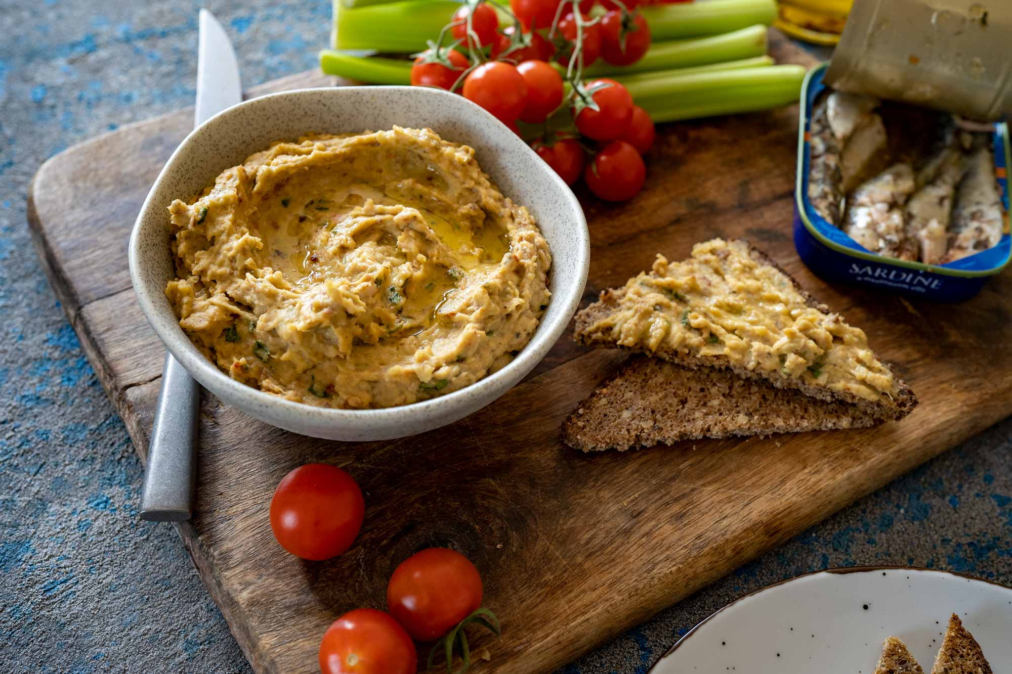Hummus s sardinami