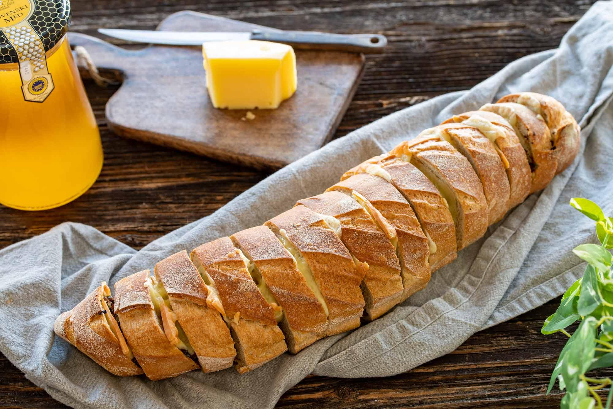 Štruca zeliščnega kruha s Tolmincem