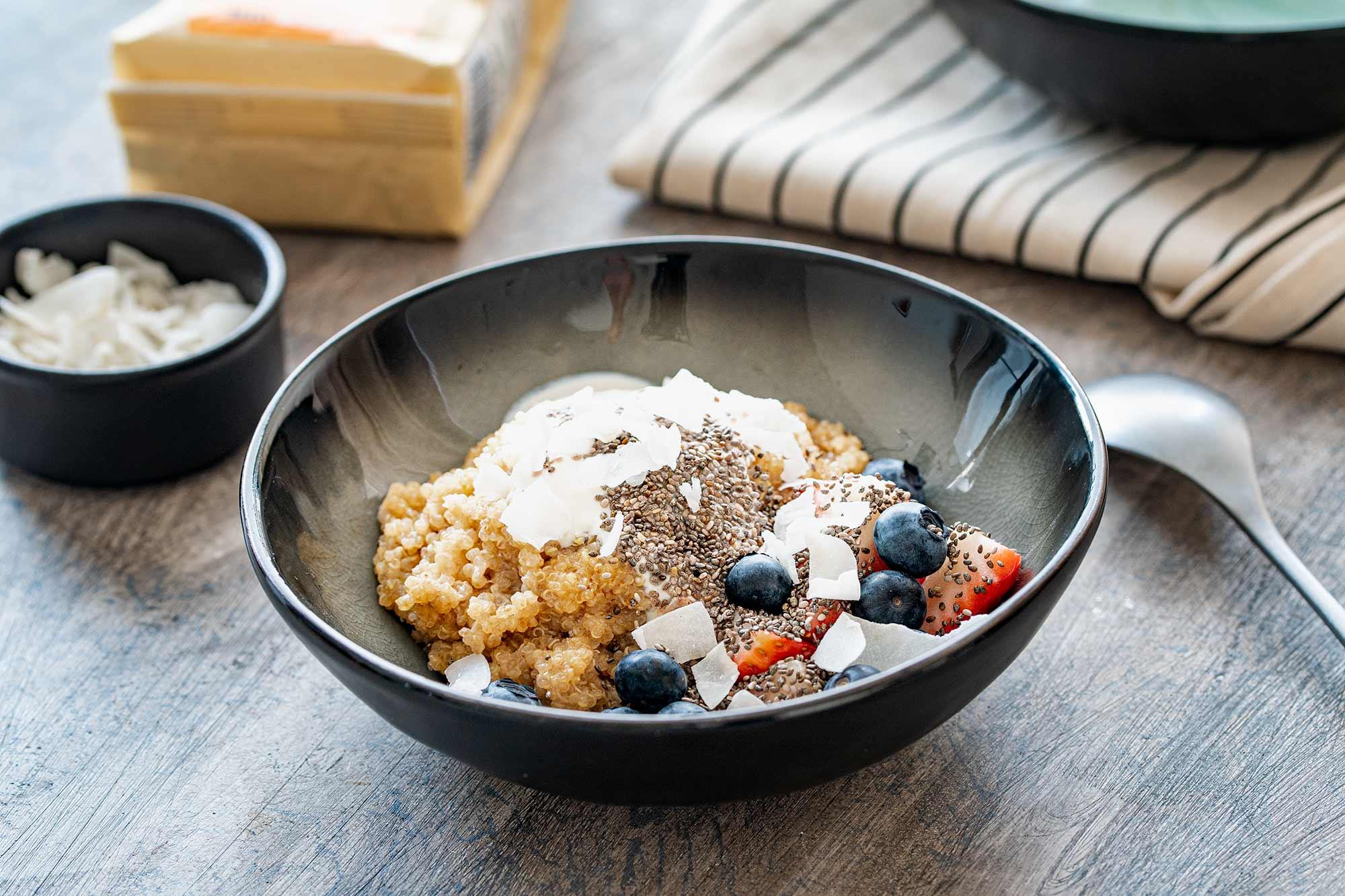 Kokosova kvinoja skleda z jagodičevjem