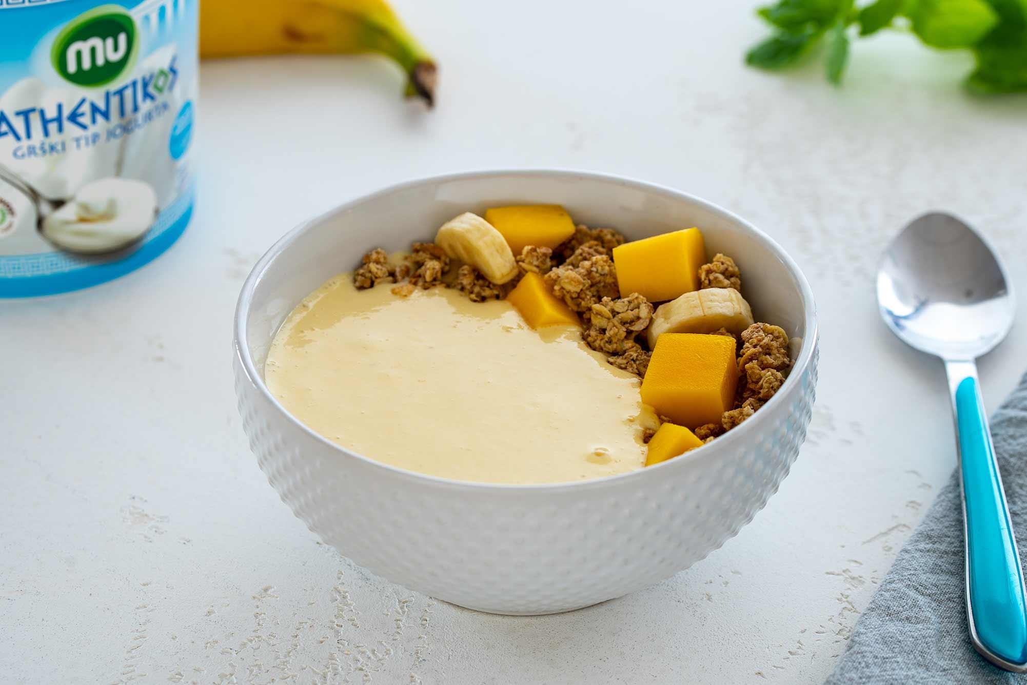 Zajtrk skleda z mangom in banano